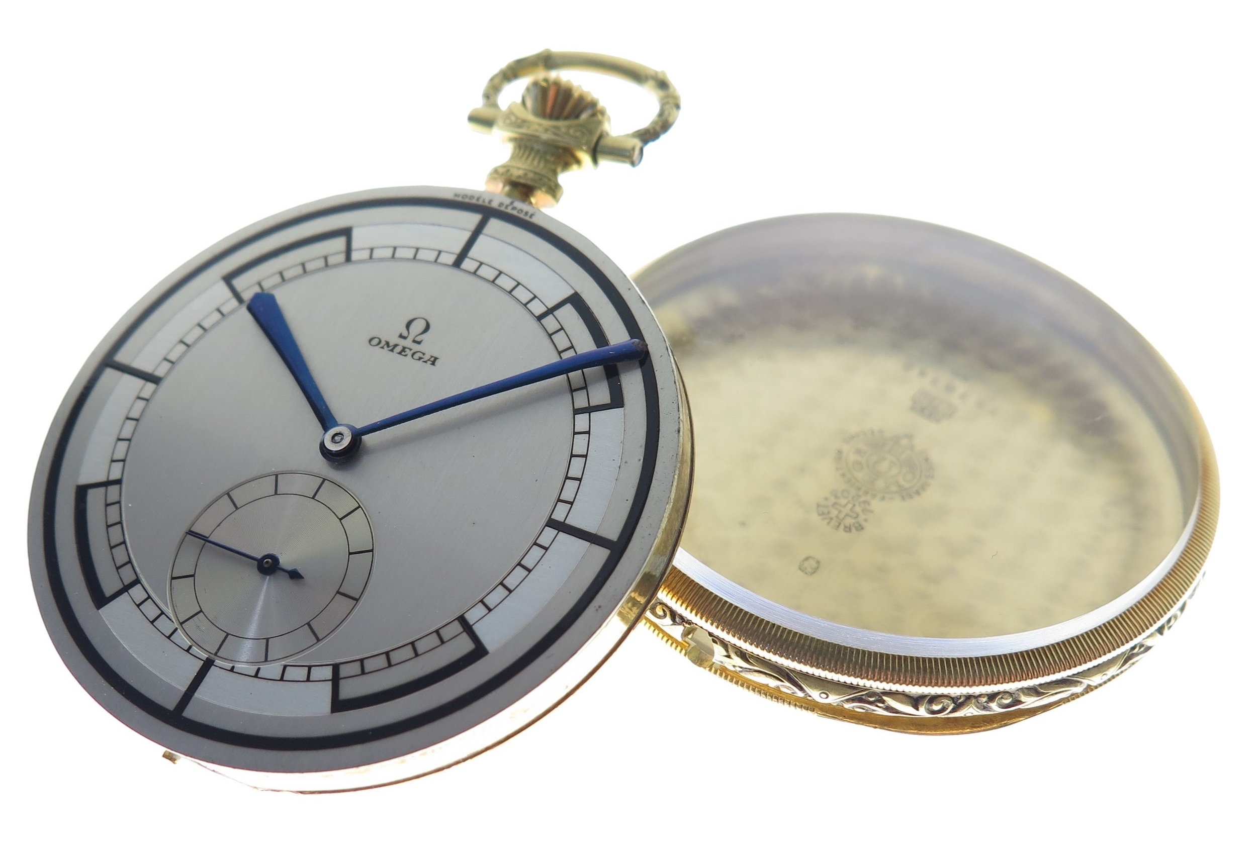To reduce the amount of gold consumed in the case, the movement is housed in a second inner case which is pushed inside of the gold outer jacket