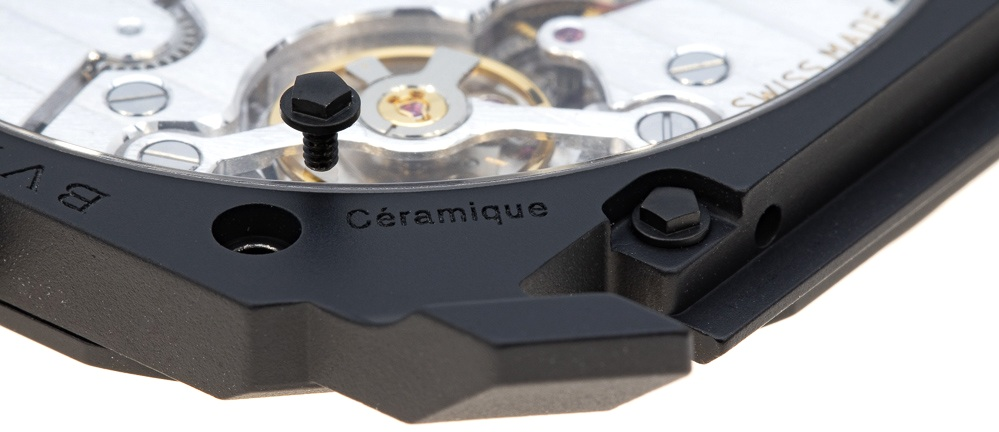The word ceramic in French -Céramique- is engraved onto the case back to associate to the Swiss origins of the watch production.