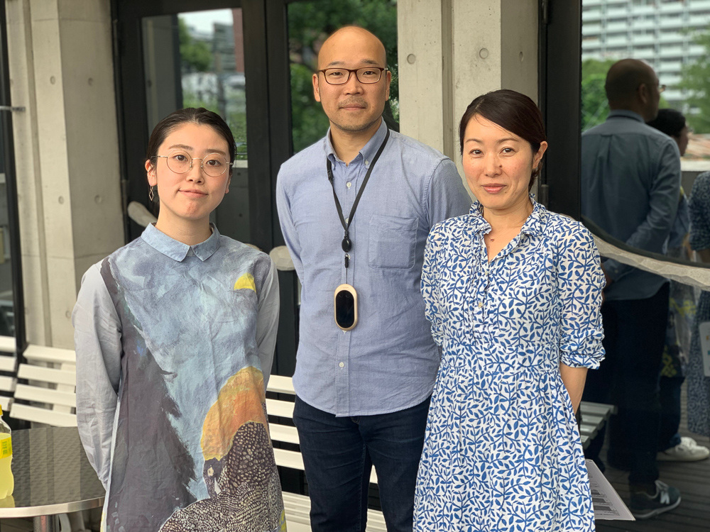 Standing with a student about to finish the course is Daizo Makihara, an independent watchmaker who also teaches at the school and the senior course director Mari Shimizu.