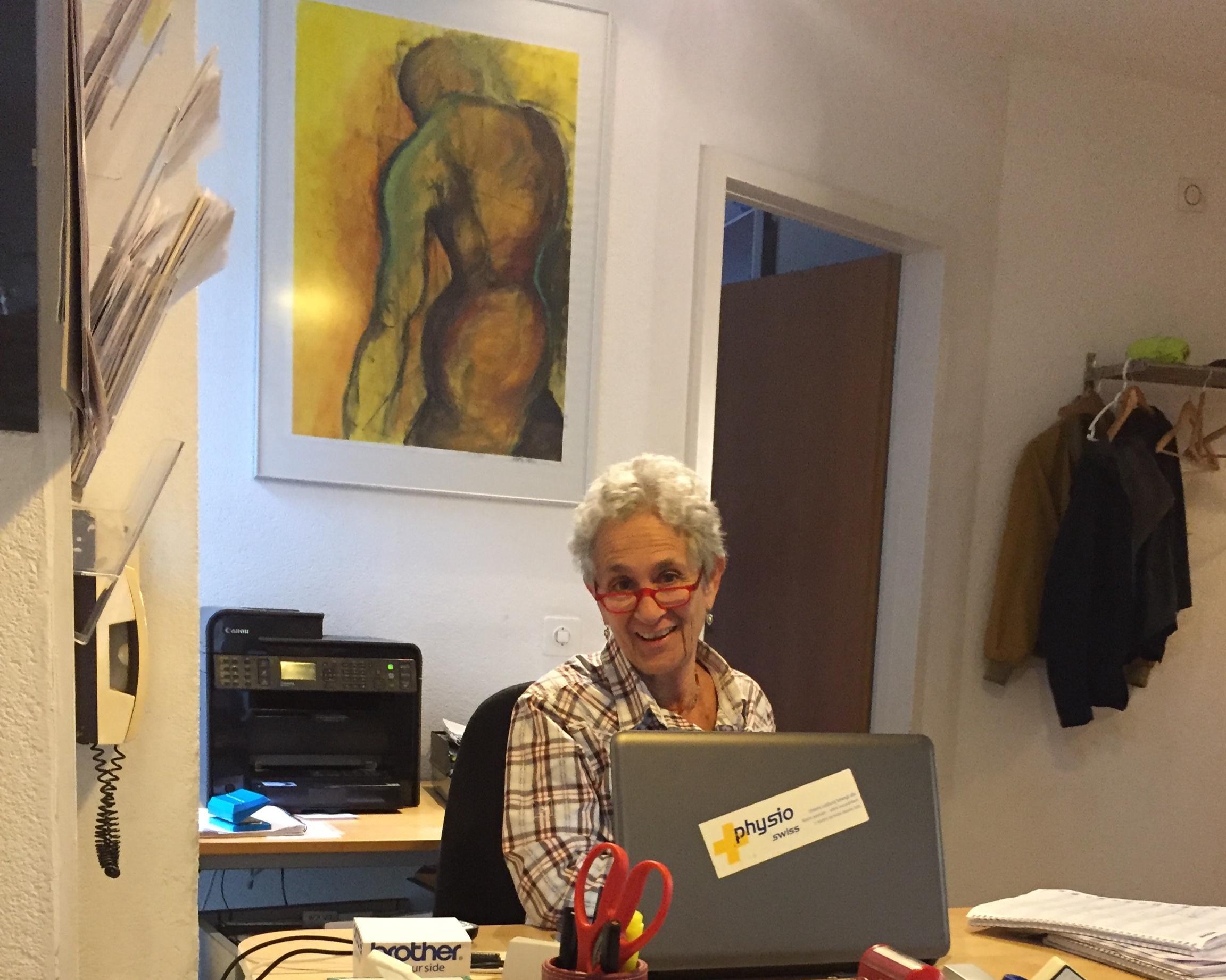"""Rachelle Wirth, BSN, MSN - Nata e cresciuta a Detroit, Michigan. Rachelle ha un Bachelor in Infermieristica presso la Medical University of South Carolina (1974) e un Master in ostetricia come levatrice presso l'University of Illinois (1977). Ha lavorato negli Stati Uniti come infermiera-levatrice in Ohio, Washington, Isole Vergini Americane, New York e Florida. In Svizzera ha lavorato come infermiera-levatrice presso la Clinica Sant'Anna di Sorengo e per oltre 10 anni nella documentazione medica per redarre bibliografie scientifiche specialistiche.Ha collaborato, con il marito, all'amministrazione di Fisio 5vie sin dall'inizio, nel 2001. Svolge anche attività di volontariato presso VASK-Ticino un'associazione di familiari e amici di persone con gravi malattie psichiche."""" I love rock n'roll"""".Parla italiano (con un accento americano) e inglese."""