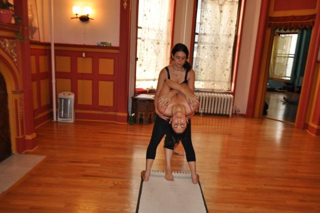 Zoë backbending Lori (Ashtanga Yoga Upper West Side 2012).