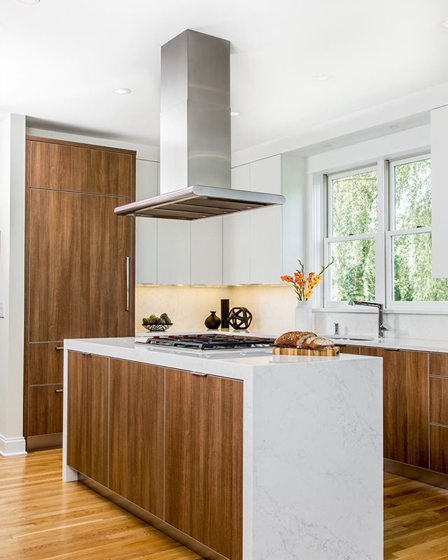 Whether it's stainless steel or copper, a chimney-style range hood can be a stunning and versatile alternative to a more traditional under-cabinet or wood hood! What do you think of chimney-style hoods? Let us know below ✨