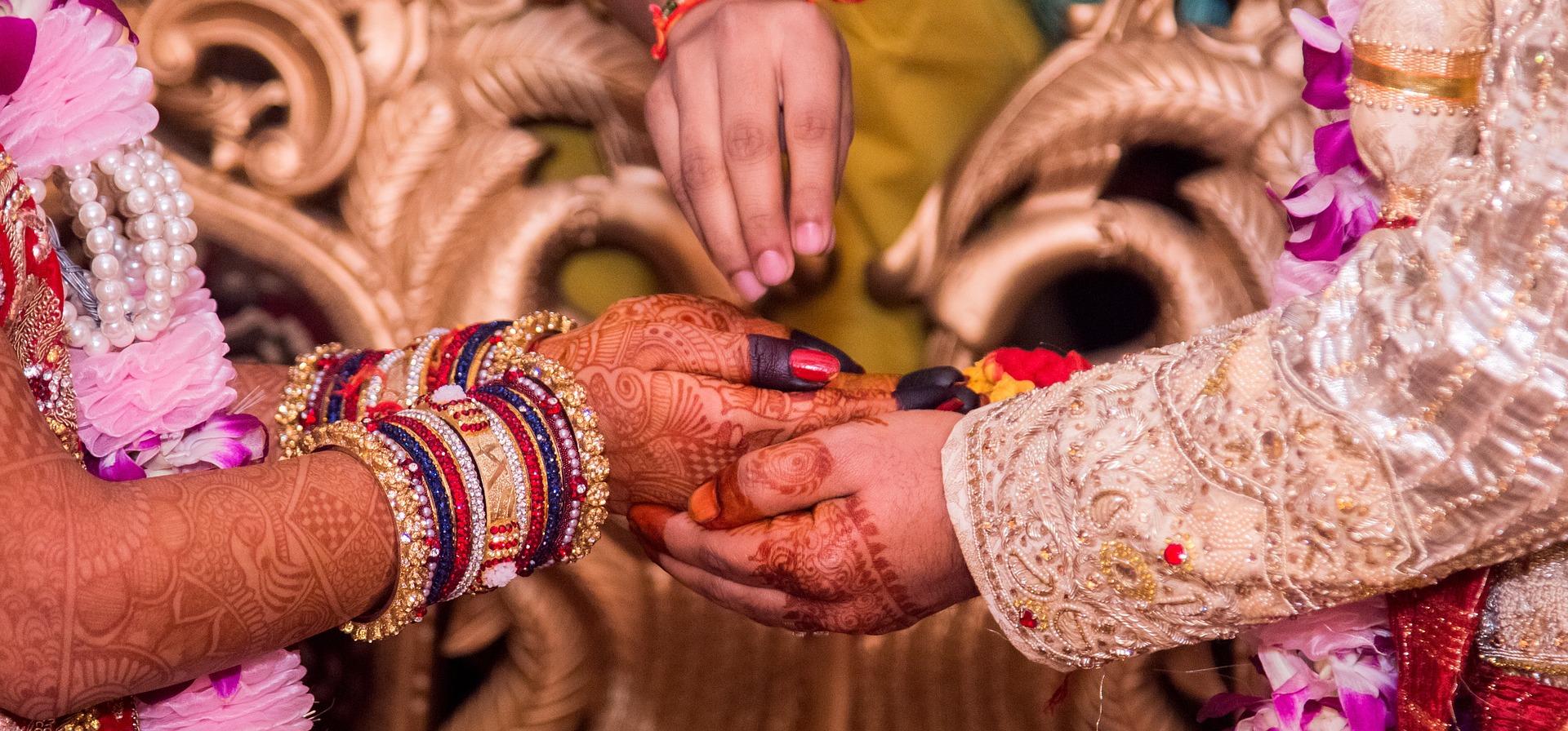 hand-holding-1404623_1920.jpg