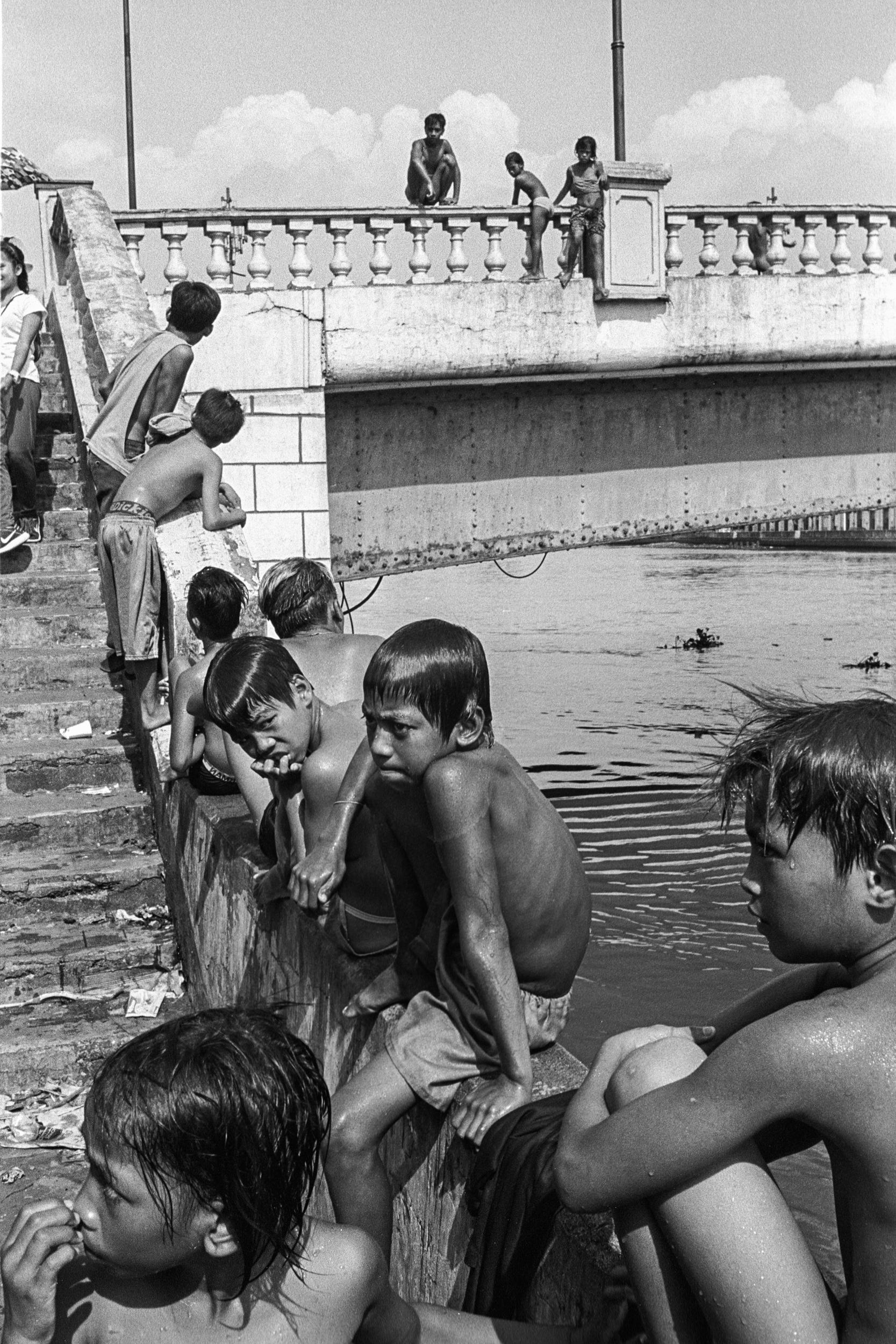 Jones Bridge kids, Binondo, Manila, 2018.