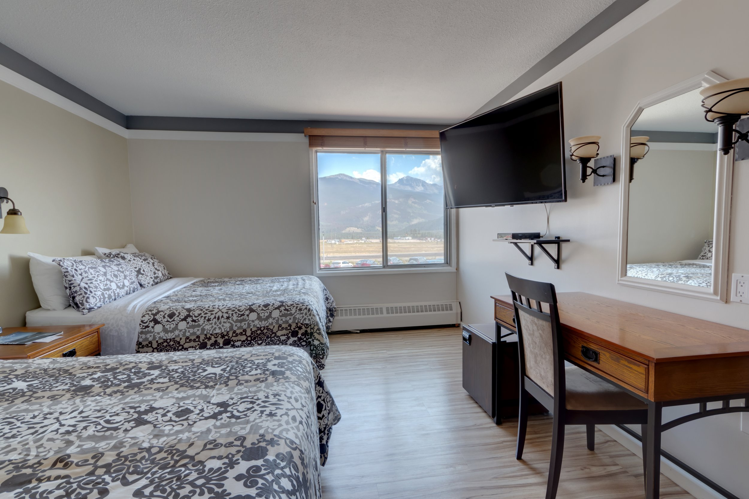 TWIN MOUNTAIN VIEW ROOM (TWO DOUBLE BEDS)