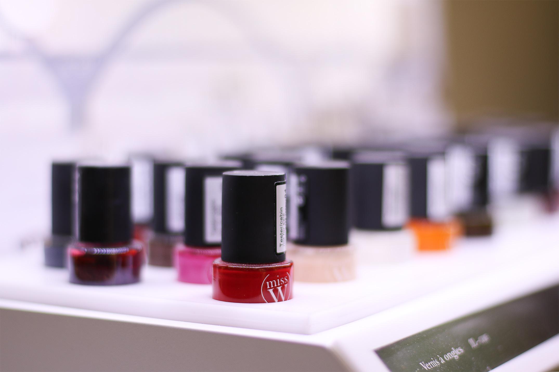 Miss W - Une gamme de produits de maquillage certifiés bio dans des packagings tendance en carton recyclable, conçus dans le respect des valeurs chères à Nature.cos. Marque certifiée par ECOCERT.