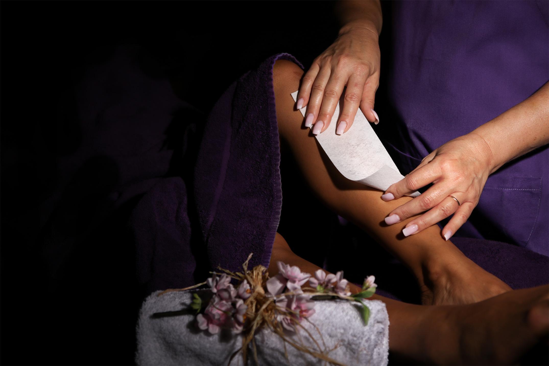Epilations - Une peau belle et soyeuse!!!Pour une épilation rapide et professionnelle, faites confiance à l'équipe de l'Institut Tropic.À vous de choisir entre une épilation à la cire, lumière pulsée ou une épilation définitive à l'électrolyse.L'épilation à la cire tiède est faites avec de la cire jetable.