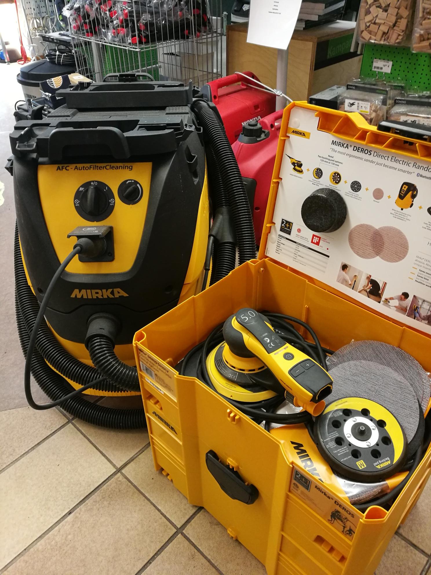 Mirka pölynimuri 1230 L PC 230V  Mirka tuotekoodi: 8999100111  EAN-koodi: 6416868904444  Ammattikäyttöön soveltuva L-luokan pölynimuri on varustettu tehokkaalla 1200 W:n moottorilla ja Push&Clean –toiminnolla. Imurin automaattinen käynnistystoiminta pidentää moottorin elinikää ja alentaa melutasoa. Letkujen ja johtojen kätevän säilytyksen sekä suurempien pyörien ansiosta pölynimurin liikuttelu sujuu vaivattomasti. Tasainen yläosa mahdollistaa yhden tai useamman salkun kiinnittämisen imurin päälle (kiinnikkeet myydään erikseen). Sis. pölypussin, ei pölynpoistoletkua.  Mirka DEROS 550CV 125mm pölynpoisto 5,0  Mirka tuotekoodi: MID5502022  EAN-koodi: 6416868241518  Sähkökäyttöinen epäkeskohiomakone on kehitetty kaiken tyyppisten pintojen tehokkaaseen ja pölyttömään hiontaan. Päivitetyssä koneessa uusina, älykkäinä ominaisuuksina integroitu tärinäsensori sekä Bluetooth-liitettävyys. Markkinoiden kevyin ja ergonomisin hiomakone on varustettu harjattomalla moottorilla, jonka teho ei laske raskaassakaan kuormituksessa. Luokkansa alhaisimmat tärinäarvot sekä ainutlaatuinen symmetrinen muotoilu takaavat että konetta voidaan käyttää pitkiäkin työjaksoja väsymättä.