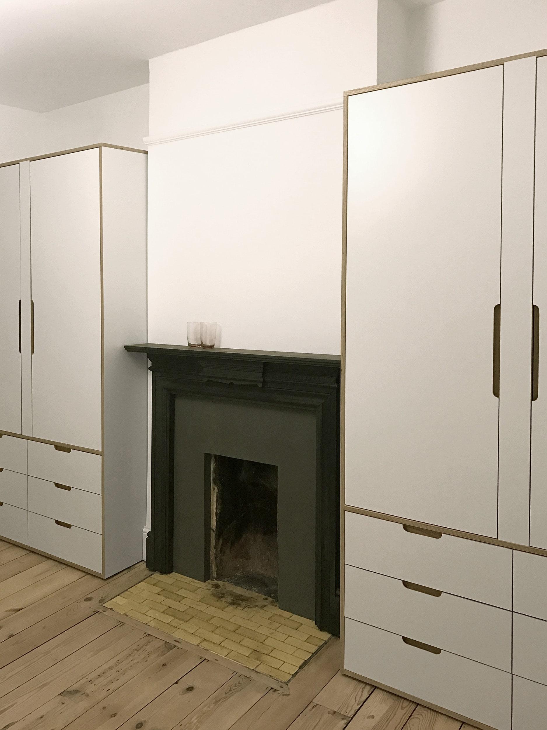 Vilma's minimal bespoke plywood alcove wardrobe by Lozi