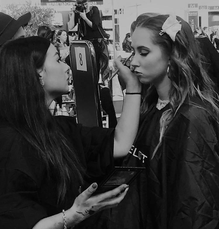 Über Stefanie Coronas - Stefanie Coronas ist Hair- und Make-Up Artistin aus Passau, Bayern. Ihre Karriere began 2013 mit der Ausbildung zur Make-Up Artistin bei Makeup Artist Studio Inc., USA. Seit diesem Tag arbeitet Sie als selbstständige Make-Up Artistin/Visagistin im Raum Passau, sowie Bayern- und Deutschlandweit. 2017 belegte Stefanie den 5. Platz bei der Deutschen Make-Up Artist Meisterschaft in München und konnte sich damit unter einigen 1000 Bewerbern durchsetzen.Spezialisiert hat sich Stefanie unter anderem auf Brautyling / Hochzeitsstyling sowie Styling für Fotografie.
