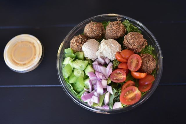 Monday's are for fresh starts🥬🥒🍅🥗 • Falafel Hummus Bowl🤤 • #fuelyourself #thefueljuicebar #healthiswealth #saladbowls #acaibowls #shots #veganfood #coldpressedjuices #brooklyn #williamsburg #bedstuy #bushwick #newyork #nyc