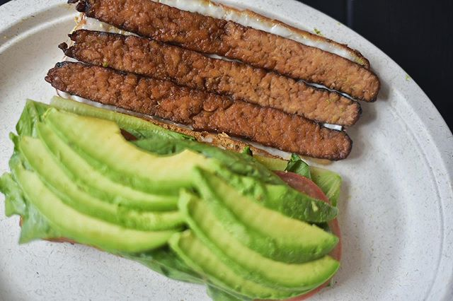 Your mornings set the tone for the day. Do it with our B.L.A.T: tempeh bacon, avocado, tomato, lettuce & your choice of regular or chipotle mayo 😍🍅🥬🥑🥖🥓 #fuelyourself • • Happy Friday Everyone!!!