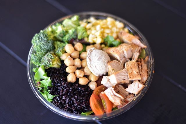 Eat clean, Don't starve 🥗 • Filled with protein, antioxidants, vitamins, minerals & more nutrients!! • Wild Chicken Bowl: Mixed spring greens, forbidden rice, roasted chicken, chickpeas, broccoli, corn, tomatoes & cashew nut cheese.🍅🥦🌽🥬🥗