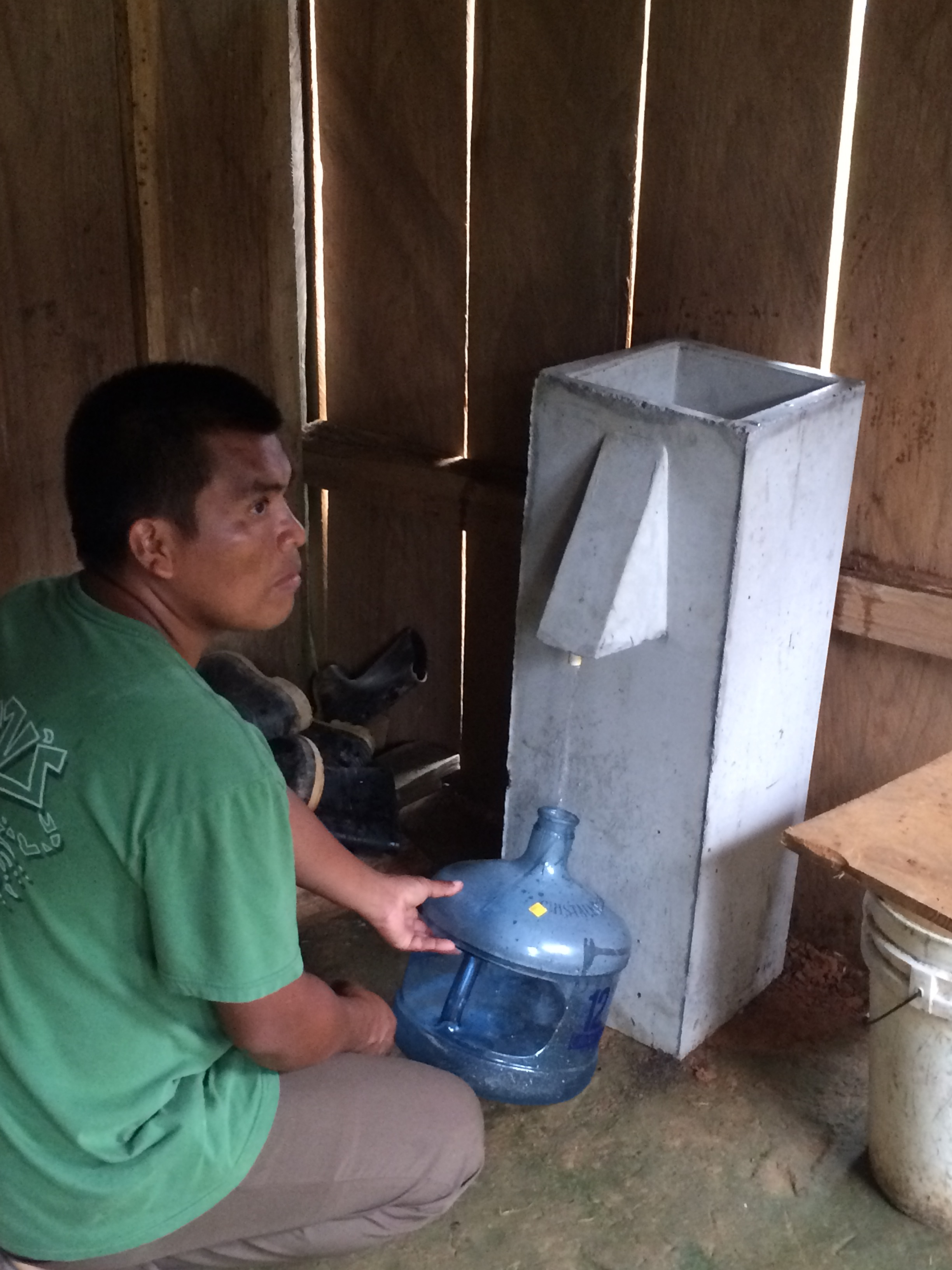 First time to try our water filter. (Mateo)