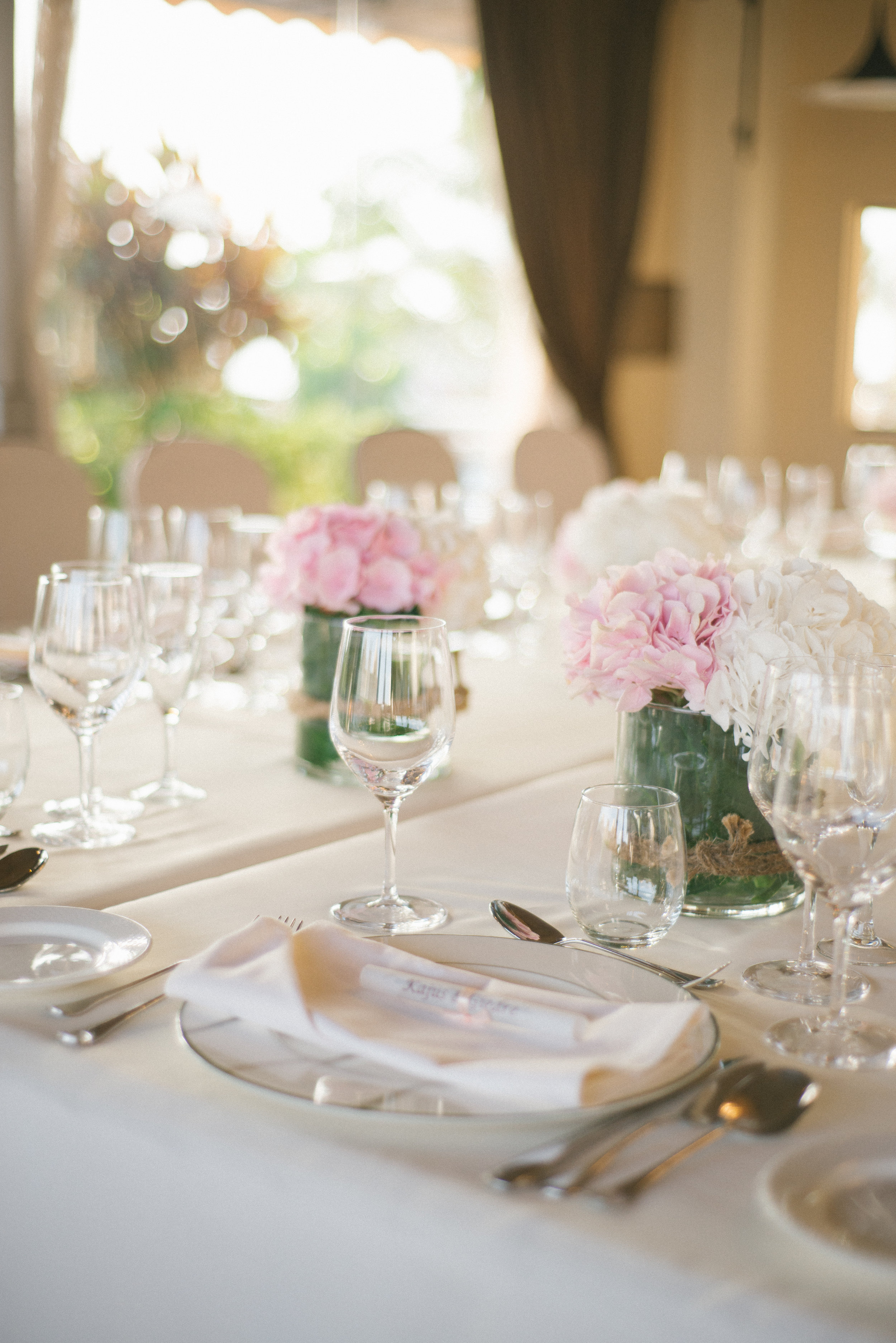 Minimalistic table decor by external suppliers