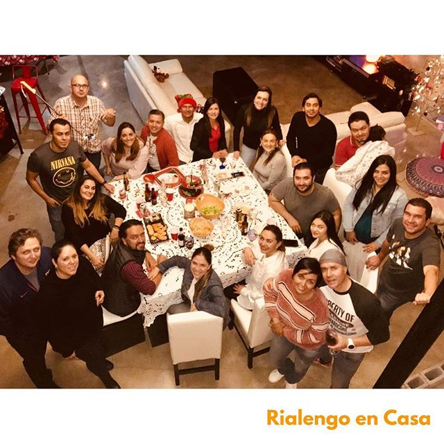 Gracias a Vero Moya por invitarme a su fiesta de navidad. Seguimos cantando. Seguimos cumbiando.  #rialengoencasa #palante