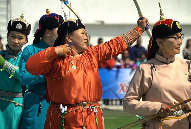 """By simply pulling back, or """"yawing,"""" the bow, a Mongolian archer can tell how the air temperature will affect the flight of an arrow. Video link in bio!"""