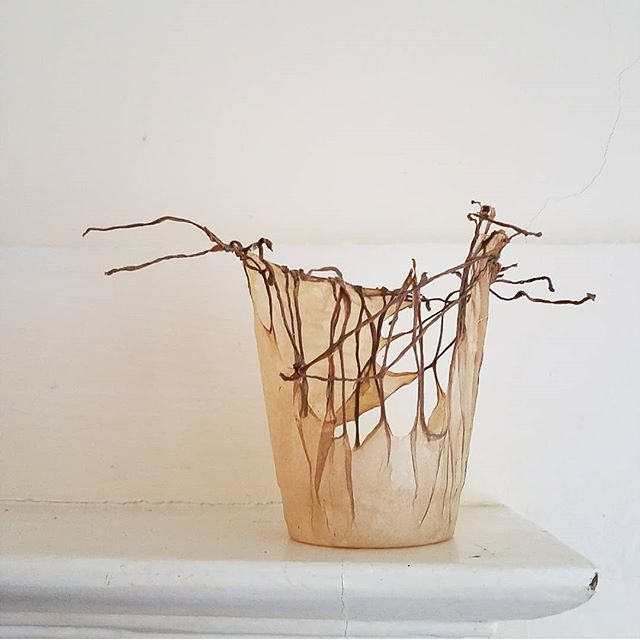 Been teaching a sculptural papermaking workshop @snowfarmcraft these past 4 days ❤🔥 . . 1. @evacamacho_studio flax vessel 2. @masterofmakeup wire form dipped in pigmented abaca/flax 3. @rhturnbull1126 flat to form with pigmented flax/abaca 4. Rich's mask cotton casting in progress  5. B.Z. Reilly's leaf 6. @passionatobooks lovely scroll 7. Eva's translucent sculpture  8. Pam's wire loops embedded in abaca shrunk into form . And so many more!!! 👏👏👏😍 what a great group and awesome work . #snowfarmcraft #sculpturalpaper #flaxfiber #handpapermaking #papermaking #paperart #papermakingworkshop #sculpturalpapermaking