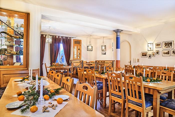 Bierstüberl - Unser geräumiges Bierstüberl bietet mit seinem atmosphärischen Ambiente einen idealen Rückzugsort für Lernphasen und Gespräche. Durch eine Vielzahl von historischen Antiquitäten und Insignien der Verbindung erzählt er die Geschichte der Vindelicia. Besonders im Sommer ist das Bierstüberl ein beliebter Treffpunkt der Hausbewohner, denn dann werden die großen Fenster, mit direktem Blick auf die Münchner Fußgängerzone und das Isartor, geöffnet und das Münchner Lebensgefühl genossen.