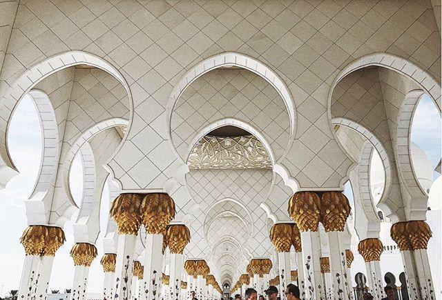 Symmetry. . . . . . . . . #abudhabi #uae #dubai #grandmosque #mosque #travel #instatravel #traveldiaries #traveller #architecture #symmetry #emirates #etihad #ootn #simplicity #privatetravel #travelblog #luxurytravels #instadaily #wanderlust #vacay #vacation #instaphoto #일상 #일상그램 #여행 #tourism #unitedarabemirates #myabudhabi #luxurytravel