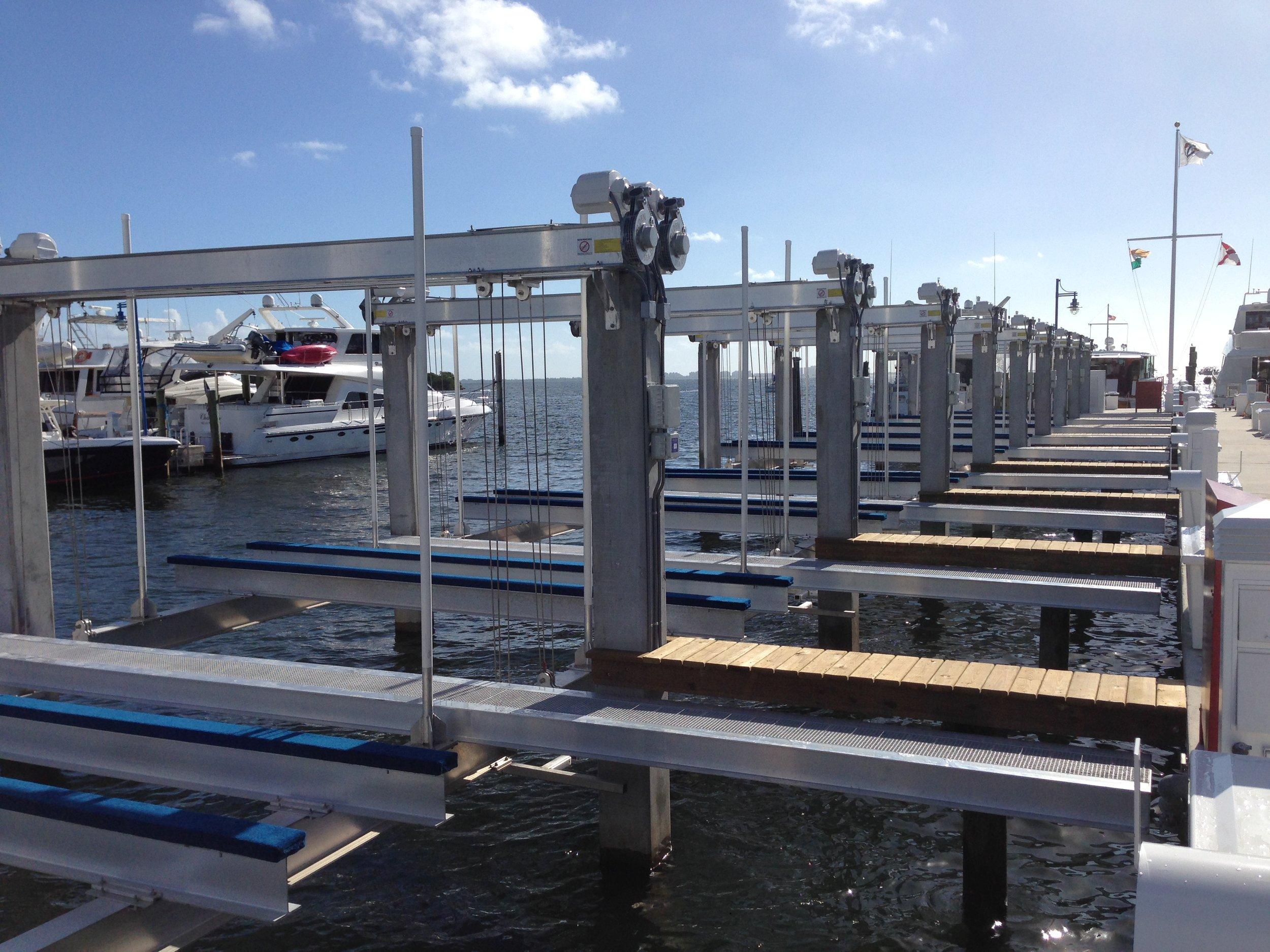 Marina bootlift, boat lift, boathouse lift, bootlift, boot lift, boatlifting systems, 4-post, bootslift, schiffshebewerk, bådehus lift, båd elevatorer, båd lift, elevador marítimo, boatlift