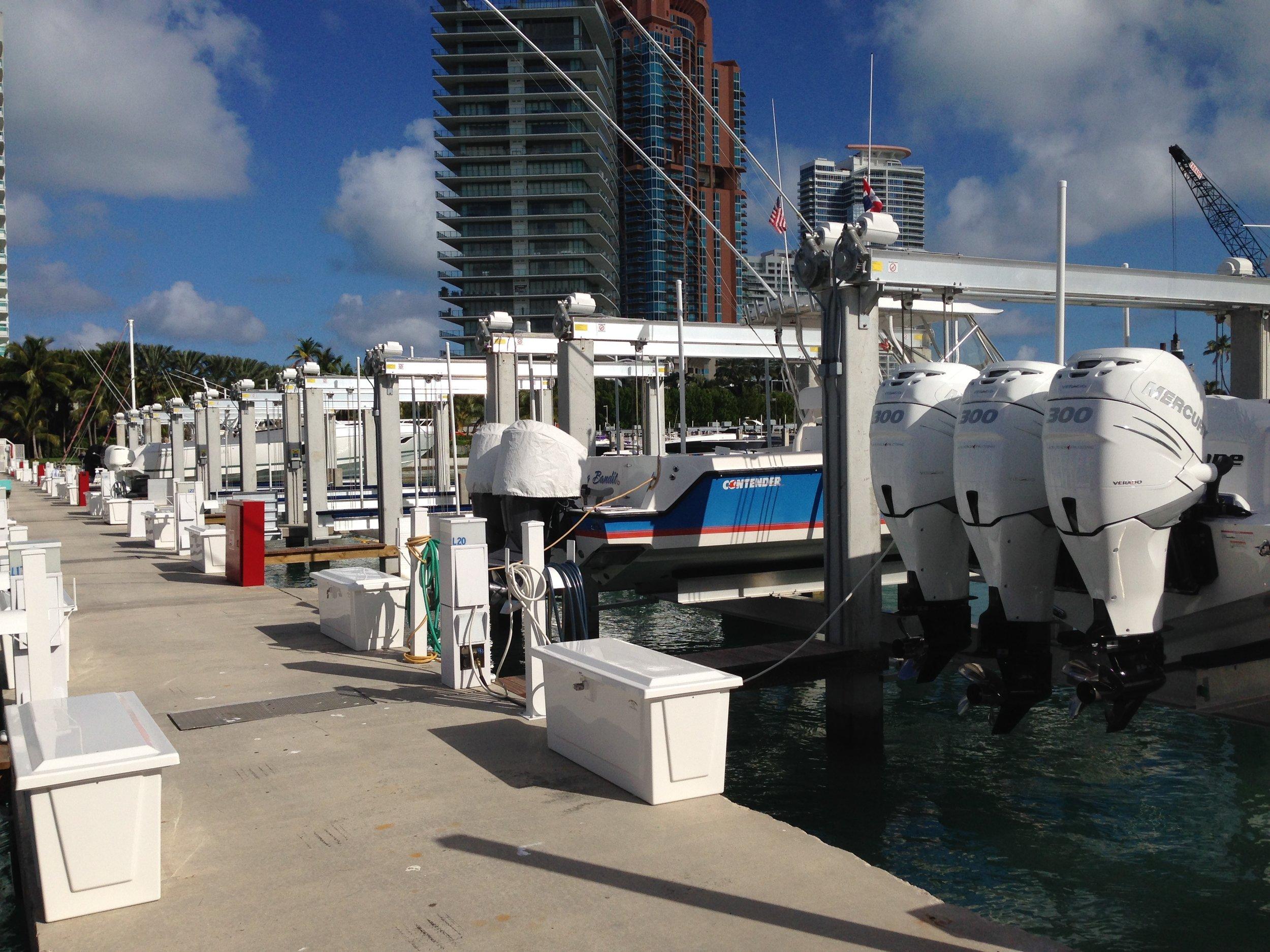boat lift, boathouse lift, bootlift, boot lift, boatlifting systems, 4-post, bootslift, schiffshebewerk, bådehus lift, båd elevatorer, båd lift, elevador marítimo, boatlift, elevador de barcos