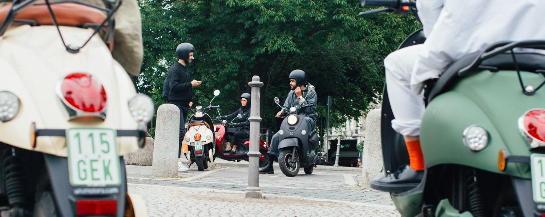 Grote groep met mensen die elektrische scooters testen