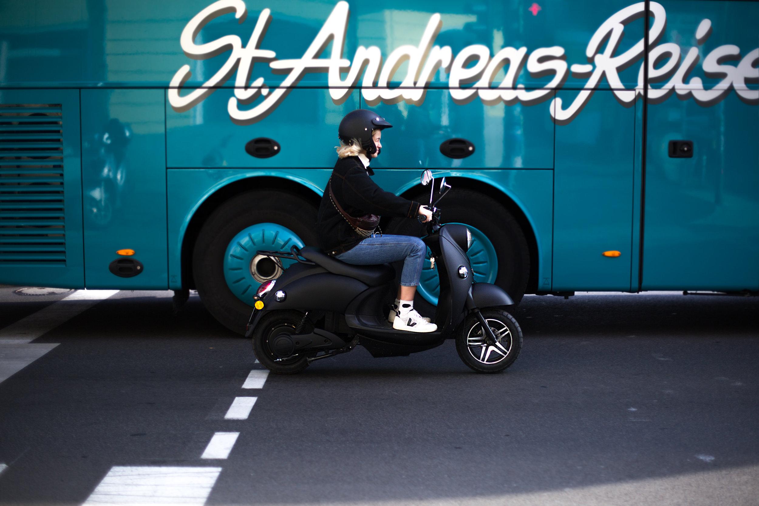 Mogli fährt mit ihrem unu Scooter durch Berlin