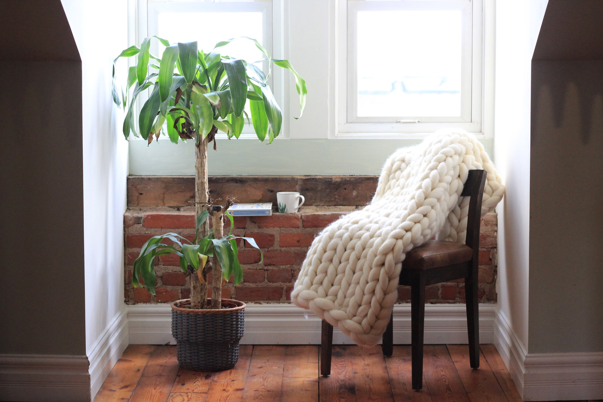 A throw on a chair is the perfect addition to your Hyggekrog - a cozy, Hygge-filled corner in your home. It is also a sure-fire way to draw the eye's attention.