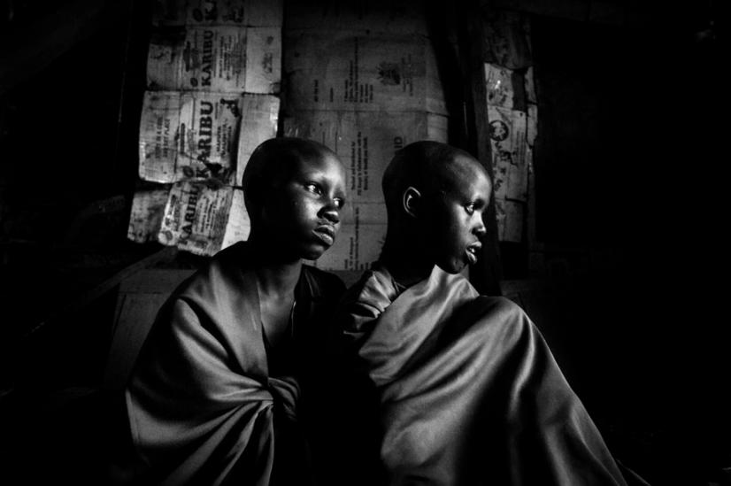 Maasai-heimoon kuuluvat 14-vuotiaat Isina ja Nasirian istuvat majassaan päivää ennen suunniteltua ympärileikkausta kylässään Keniassa.