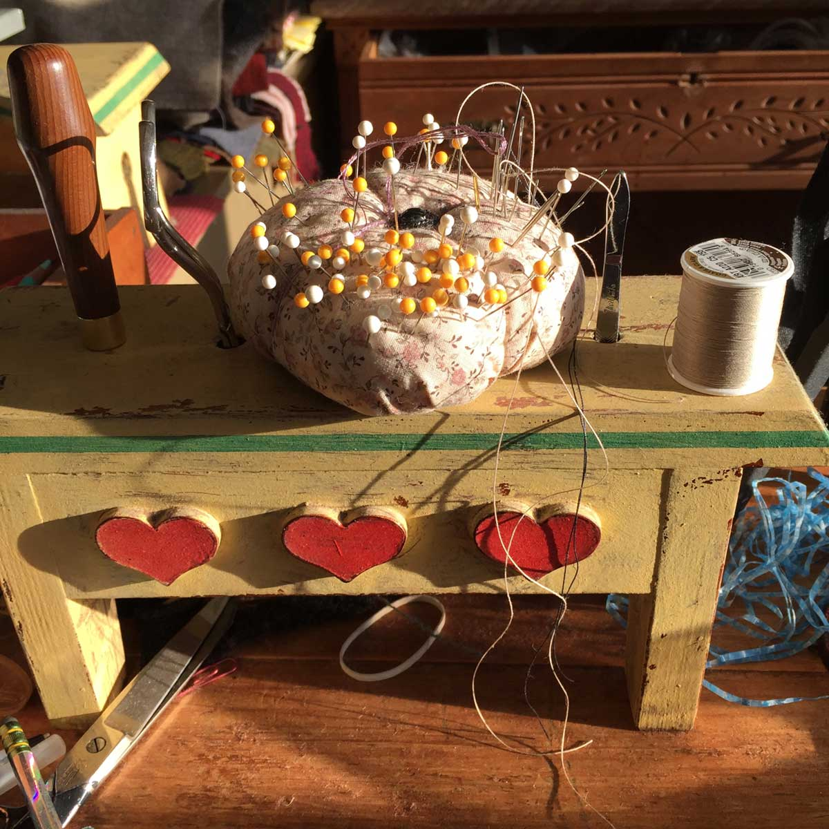 Pin cushion and tool stand for making a hooked rug