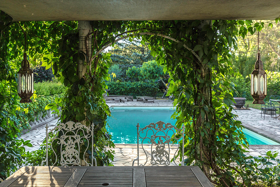 Experience a French holiday B&B (bed & breakfast) accommodations at     RHONE RETREAT    . A beautiful property built in the early 1800's, located in a quaint South France village of Gaujac, surrounded by numerous vineyards, historical sites and activities.   >>> Visit official Provençe From An Artists' Point Of View site:  https://www.americansinprovence.com/package/provence-from-an-artists-point-of-view/