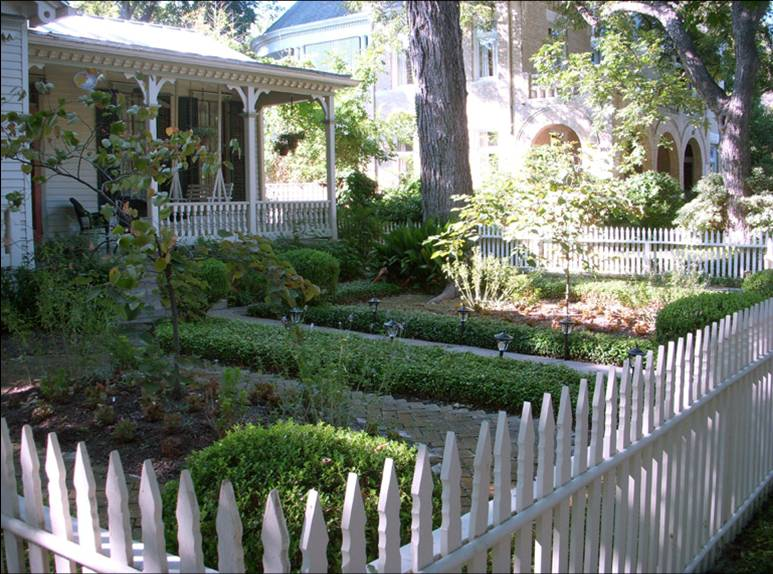 Front yards can contribute to the quality and character of historic districts. Photo by Mike Pecan.