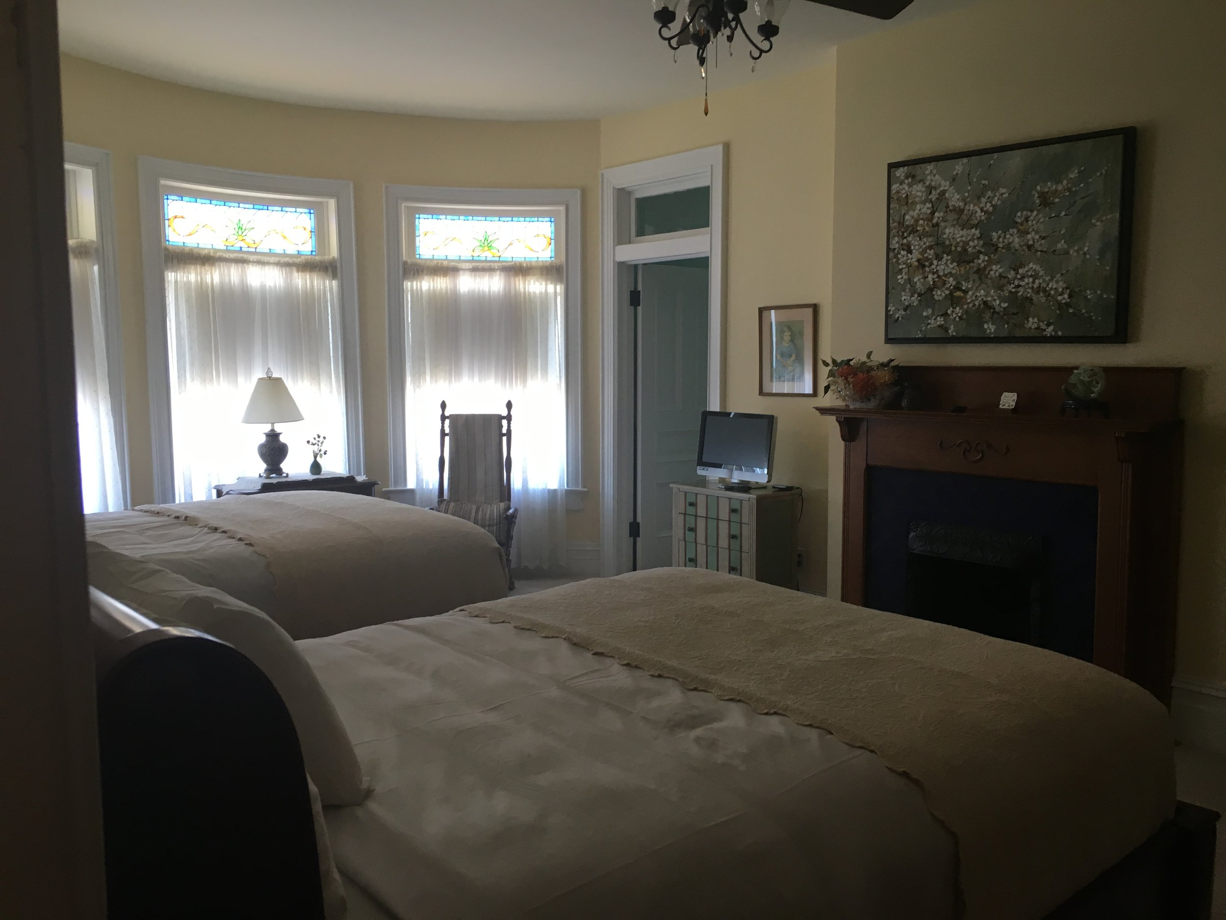 Gabrielle's Room - Queen Luxury Double -- 2 Queen beds, en suite bath, jacuzzi tub, gas fireplace