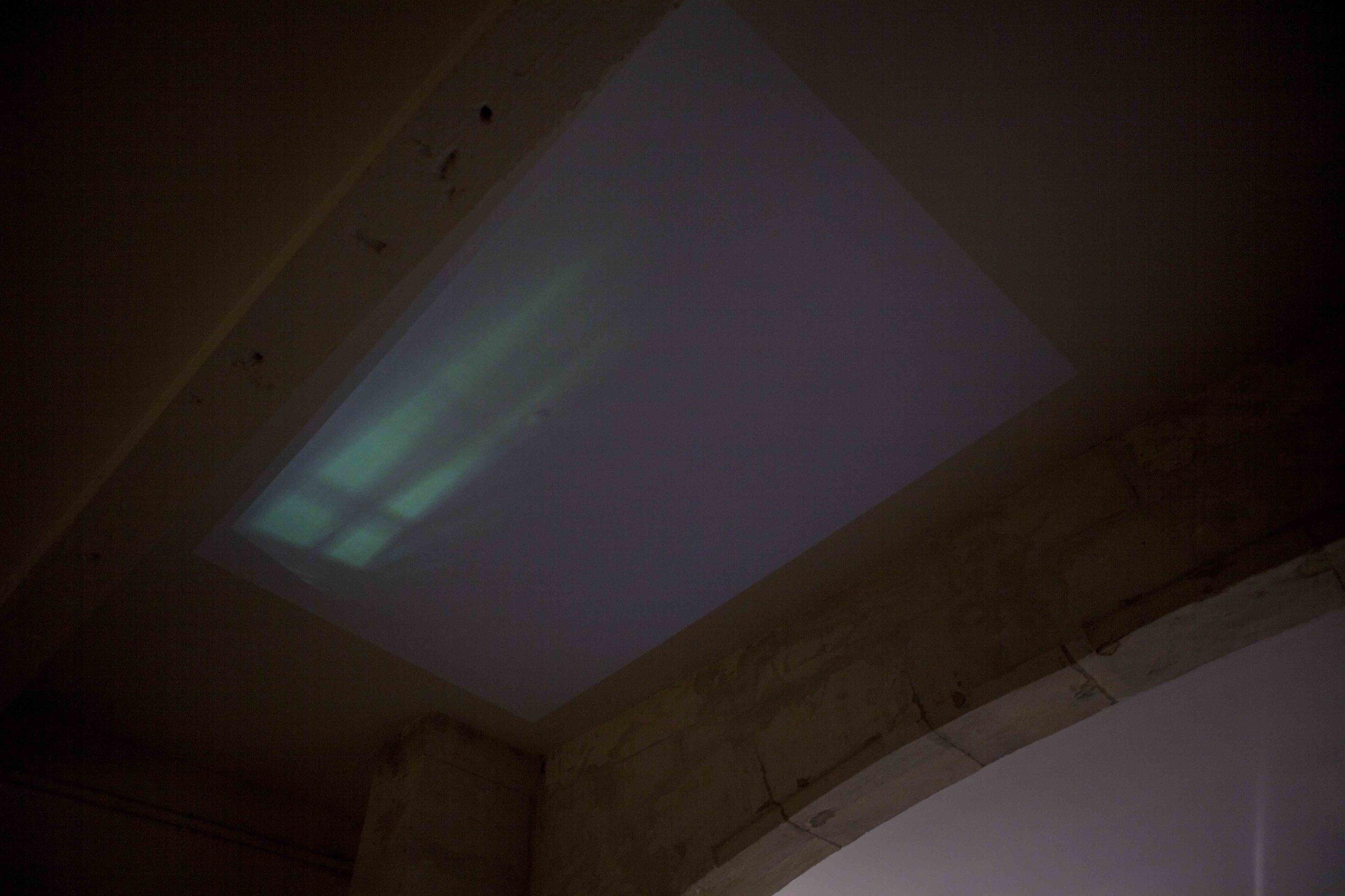 installation de la vidéo  turin, ville du saint suaire (apparition sur plafond de chambre d'hôtel) àla galerie le magasin de jouet (arles), lors de l'exposition 4x6 non title event (2016)