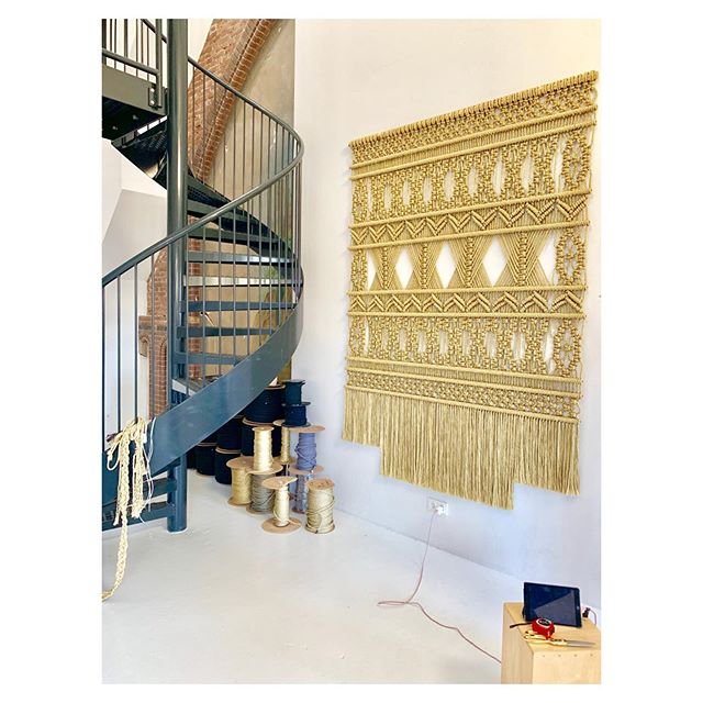 This week my clients saw their Gold wallArt for the first time. A nerve wrecking moment for me. But when they say I did an amazing job in translating everything they wanted into this Art pieces. That feeling is just unaffordable. Feeling humble and blessed! . . . . #interiordesign #interiorstylist #walldecoration #architects #architectural #blessed #macramewallhanging #luxuryhomes #luxuryinteriors #macrame #macrameartist #macramemaker #luxurydesigners #macrameart #interiordecorating #newyork #loft #interiordesignlovers #contemporaryartwork #dubai #interior_delux #craftmanship #hospitalitydesign #fiberart #bossbabe #textileart #macramelove #modernmacrame #millanovo