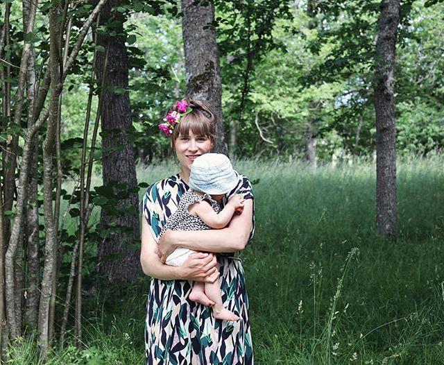 Hej! Jag heter Therese, bor på Gotland och driver instagams sömnigaste flöde under namnet @plathuset 😂 (Något mer aktiv på stories dock). Min kamera samlar damm och jag har mestadels händerna i jorden eller kramar på mina barn ❤️ Nu råkar det vara så att @emmasundh nyligen fångade mig på bild, så jag passar på att posta den och önska glad sommar till alla nya och gamla följare 👋 Tills vi ses igen 🤗☀️🌸 📷@emmasundh