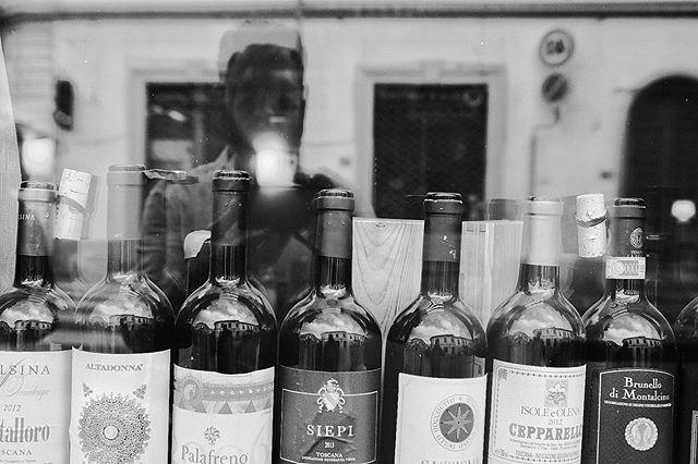 Self Portrait with Wine,Florencia, Italia 2019-Calle 35 @fujifilmx_us  @fujifilm_northamerica @fujifeed #winelivers #italywine @fondationhcb @_fujilove_  #streetlife #italy #selfportrait #florenceitaly #italystreet #streetphotography #streetphotographer #thedecisivemoment #ilovehcb #blackandwhitephotography #monochromatic #fujifilm #fujifeed #fujifilm_street #fujifilm23mm #fujifilmxpro2 #fujifilm_street #streethunter #ig_streerpeople #generationstreet #bnwmood #bnw_planet_2019 #contrastphotography #myfujilove #fujilove #pittiuomo96  #pittiuomo #florence #streetizn