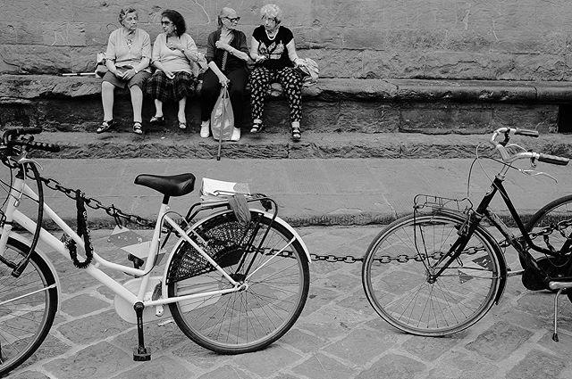 Florencia, Italia 2019-Calle 35 @fujifilmx_us  @fujifilm_northamerica @fujifeed @fondationhcb @_fujilove_  #streetlife #italy #florenceitaly #italystreet #streetphotography #streetphotographer #thedecisivemoment #ilovehcb #blackandwhitephotography #monochromatic #fujifilm #fujifeed #fujifilm_street #fujifilm23mm #fujifilmxpro2 #fujifilm_street #streethunter #ig_streerpeople #generationstreet #bnwmood #bnw_planet_2019 #contrastphotography #myfujilove #fujilove #pittiuomo96 #pittiuomo #florence #streetizn
