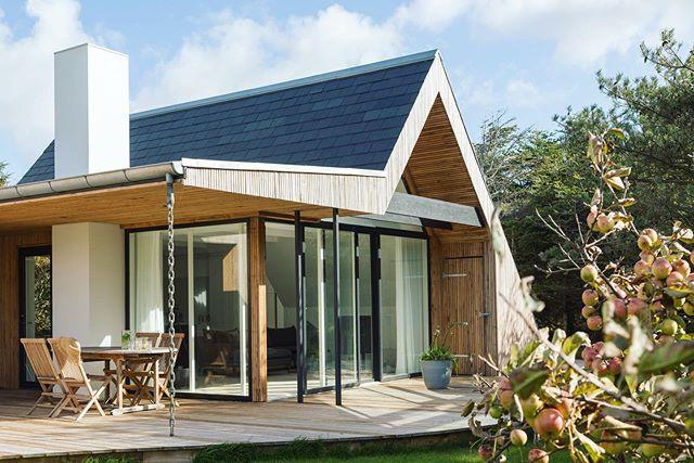 Summer in Woodhouse ☀�🌿 #architecture #danishwestcoast #vacationhome #houseforrent #urlaubsarchitektur #holidayarchitecture
