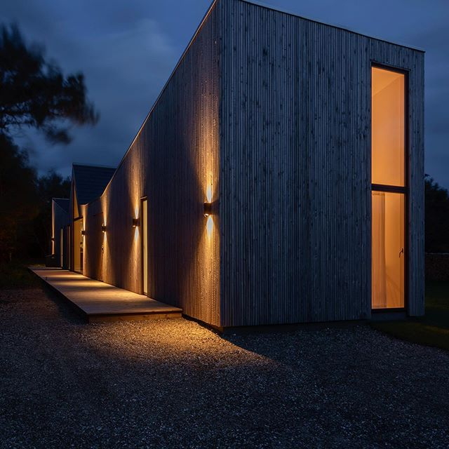 When the night has come 🌔 #woodhouse #scandinavianhome #architecture #danishdesign #vacationrentals #surroundedbynature @urlaubsarchitektur photo by: @patriciaparinejad