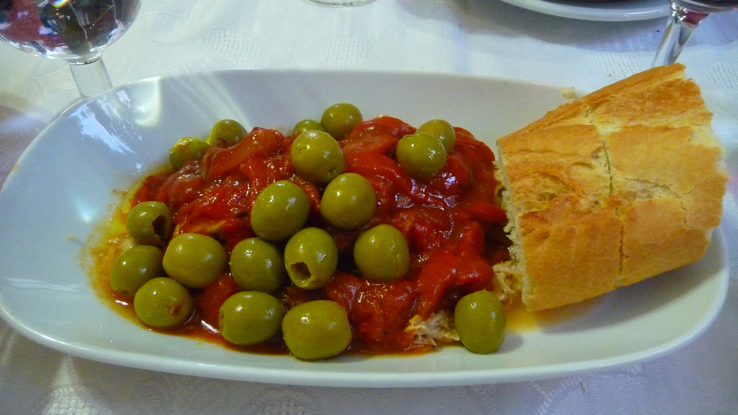 My dinner-ensalada de bonito-tuna, peppers, tomatoes and olives with gazpacho which is not pictured.
