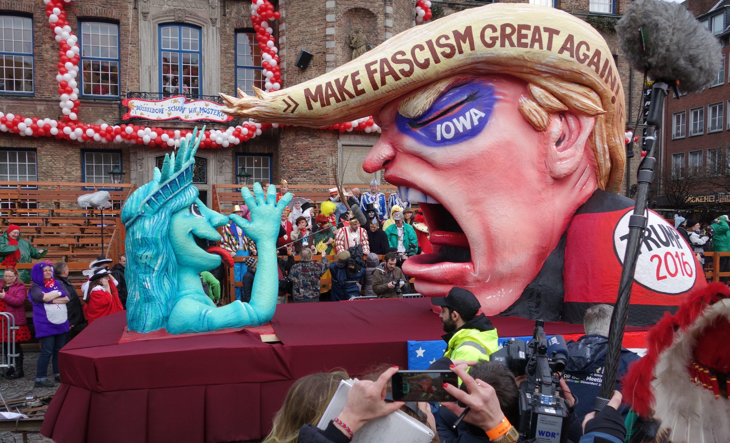 Düsseldorf,_Rosenmontag_2016,_politische_Karnevalswagen_(05).jpg