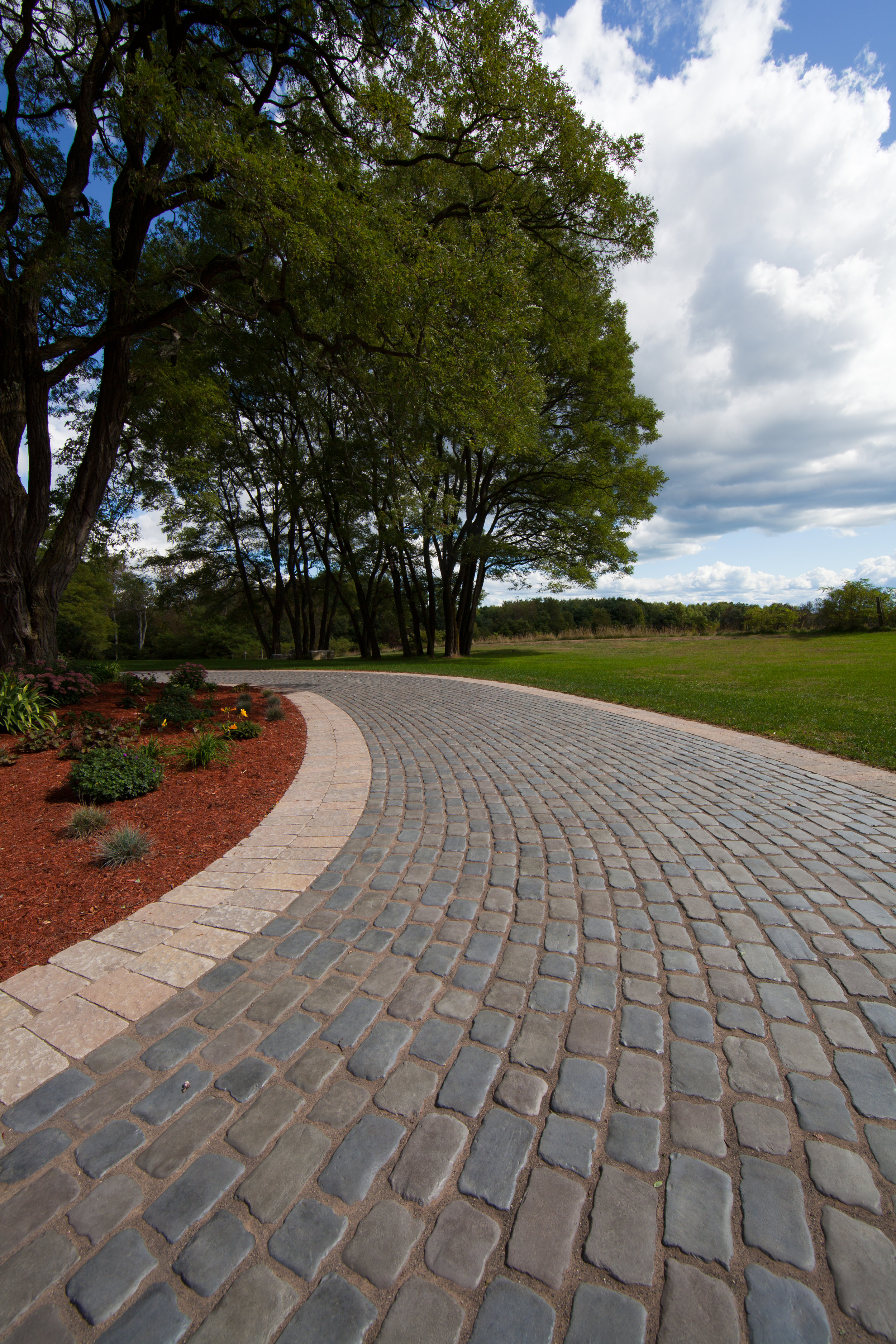 5 Stunning Edging Stones for Your South Whitehall, PA, Paver Driveway