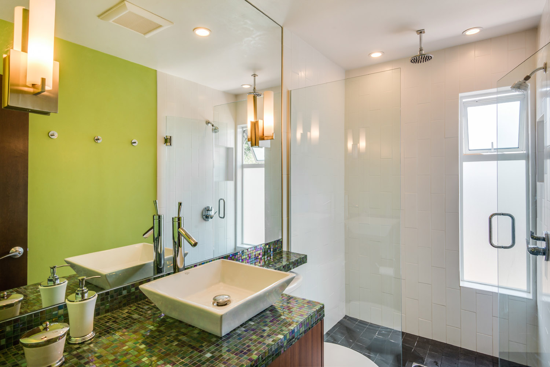 ElmdaleDr_Bathroom.jpg