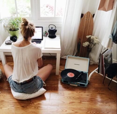 girl-home-laptop-music-Favim.com-3518212.jpg