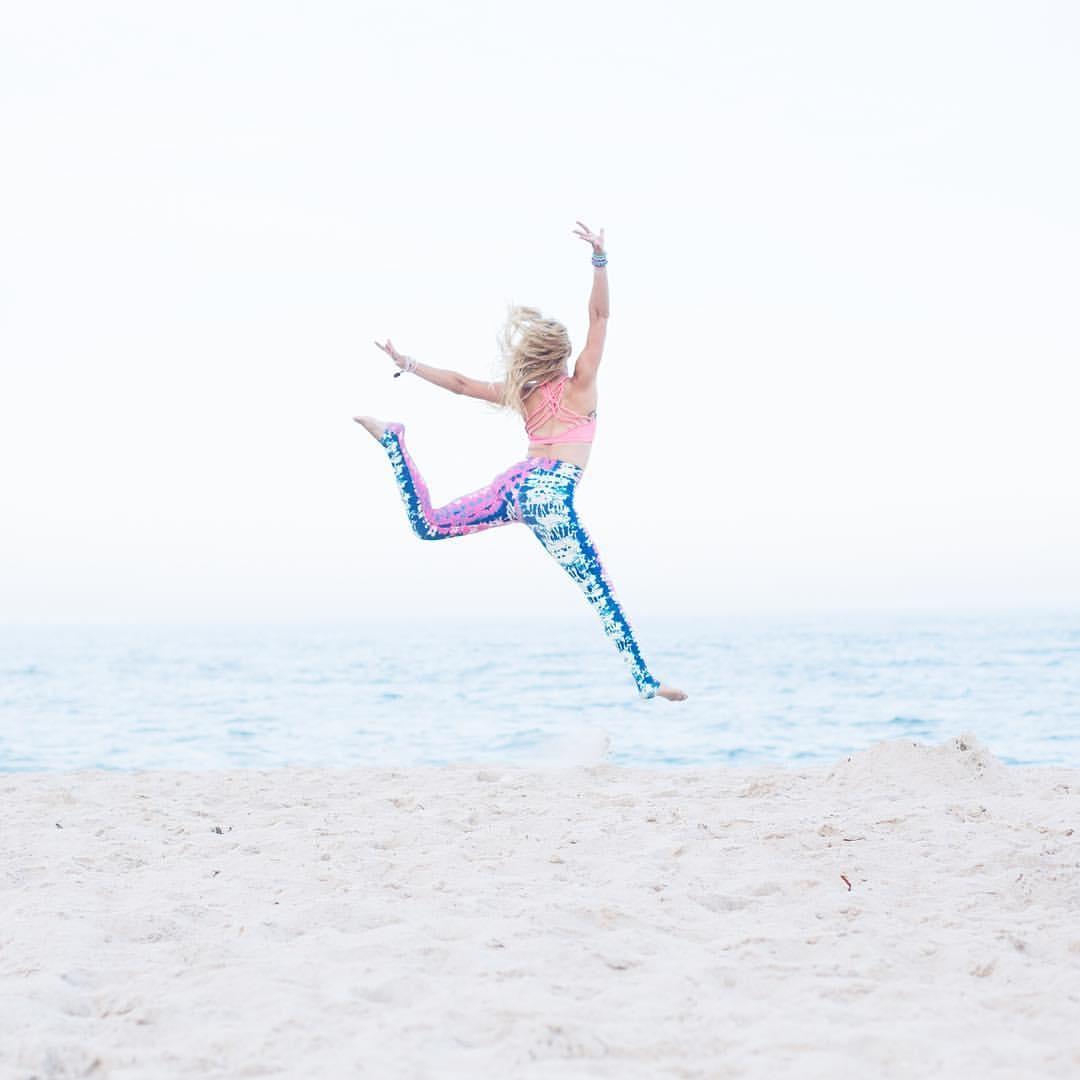 Taylee Wilson - Beach Yoga - Liquido Active.jpg