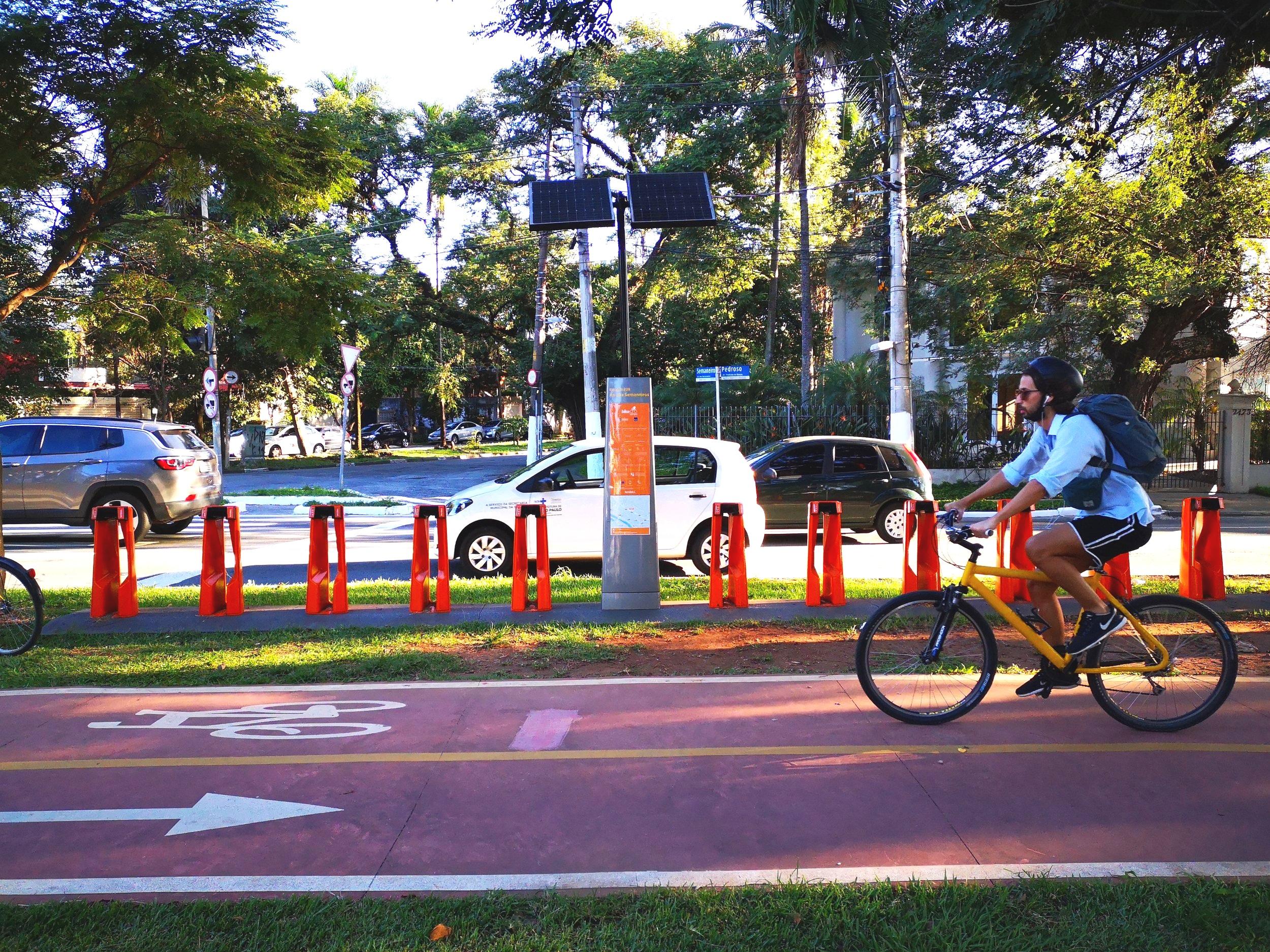 Bike lane on Faria Lima in Villa Madalena.
