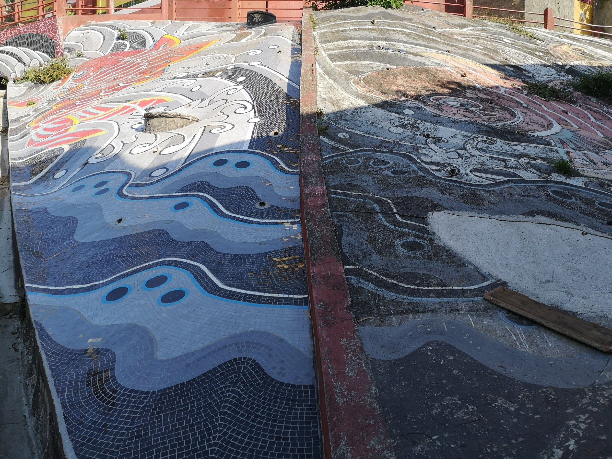 Old vs. New. On the right side, the ten-years-old painted koi carp. On the left side the renovated mosaic.