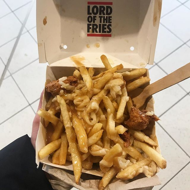 Perfect rainy day snack while I wait for my train. Chicken nugget and fries snack box with poutine. All vegan. Thanks @lordofthefries1 🍟😍🤰🏼 #vegan #vegansofaustralia #vegansofmelbourne #vegetarian #veganfood #whatveganseat